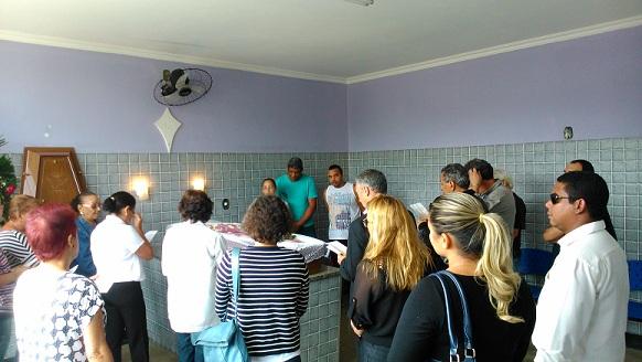 Na capela, familiares e colegas de profissão despedem-se do jornalista. Foto: Marcelo Auler