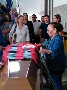 Josefa, a viúva, estende a bandeira do Flamengo sobre o caixão. Foto: Marcelo Auler
