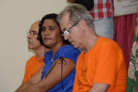 O ator Osmar Prado e o padre Ricardo Rezende, do MHuD, ao lado de Laísa, irmão de Maria do Espirito Santo - Foto de Salete Hallack/MHuD