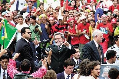 Ao tomar posse, Lula tinha no apoio popular um forte aliado para fazer mudanças políticas. Preferiu os acordos parlamentares que nem sempre são muito ortodoxos e não raro, envolve negociatas.