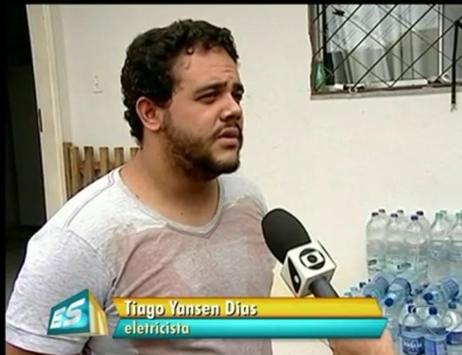 O eletricista Tiago, com filho recém nascido, não confia na água dop Rio Doce para dar banho no filho e menos ainda para beber.Reprodução TV Gazeta