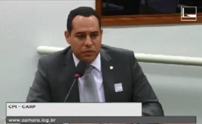 O delegado Marlon Cajado não conseguiu explicar na CPI do Carf a não convocação de FHC. Reprodução