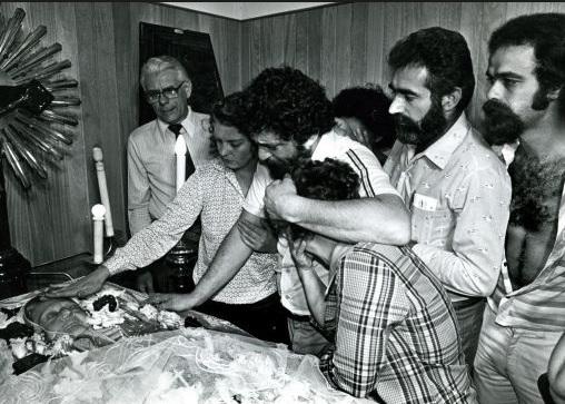Lula, preso, no velório de sua mãe; uma deferência do delegado Tuma ao líder sindical preso. Foto de