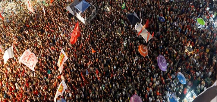 """Na Lapa, milhares de pessoas reuniram-se para ouvir Lula e grita que """"não vai ter golpe"""". Foto - reprodução Tijolaço"""