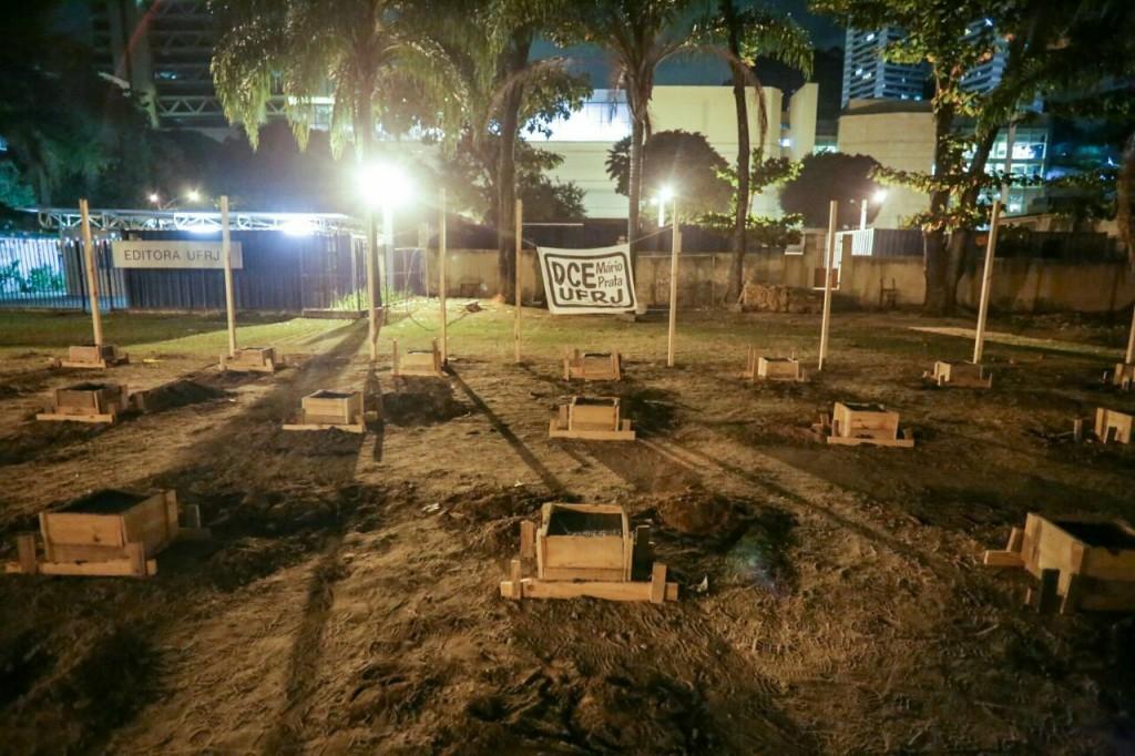 A estrutura da base para a PRF começou a surgir rapidamente. O bandejão prometido há dois anos, ainda é só promessa. Foto: Mídia Ninja