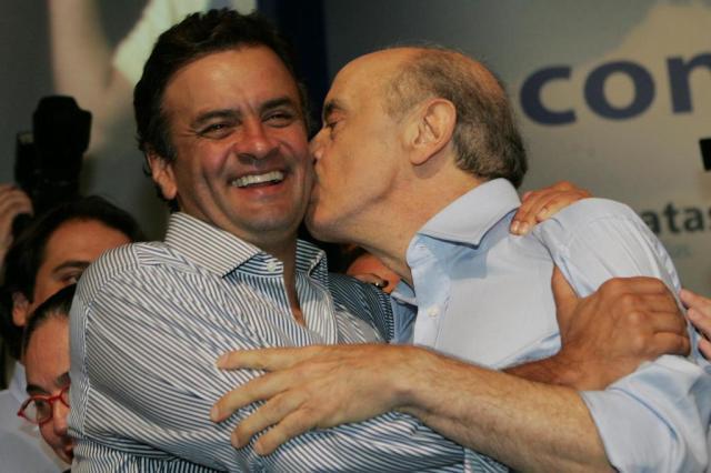 Aécio Neves e José Serra, apesar do beijo, são tucanos que não se bicam. Mas haverão dfe jogar juntos por uma anistia que salve os dois das delações que estão surgindo. Foto: reprodução