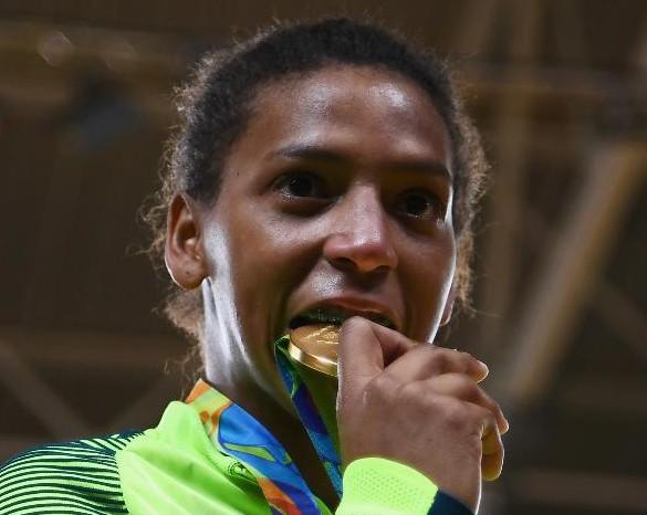 rafaela-silva-morde-a-medalha-de-ouro-olimpica-que-ganhou-na-rio-2016