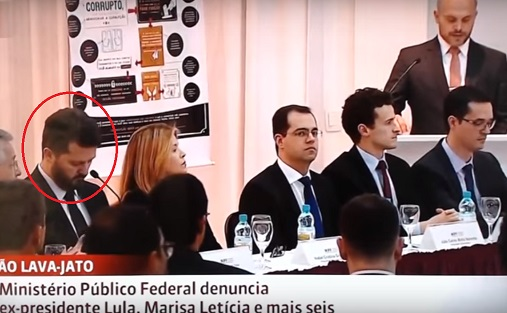 """Na entrevista coletiva em que Dallagnol disse serem todos apartidários, esdtava Igor Romário de Paulo, delegado que postou no Face foto de Aécio Neves com a frase """"Esse é o homem!"""" - Foto Reprodução"""