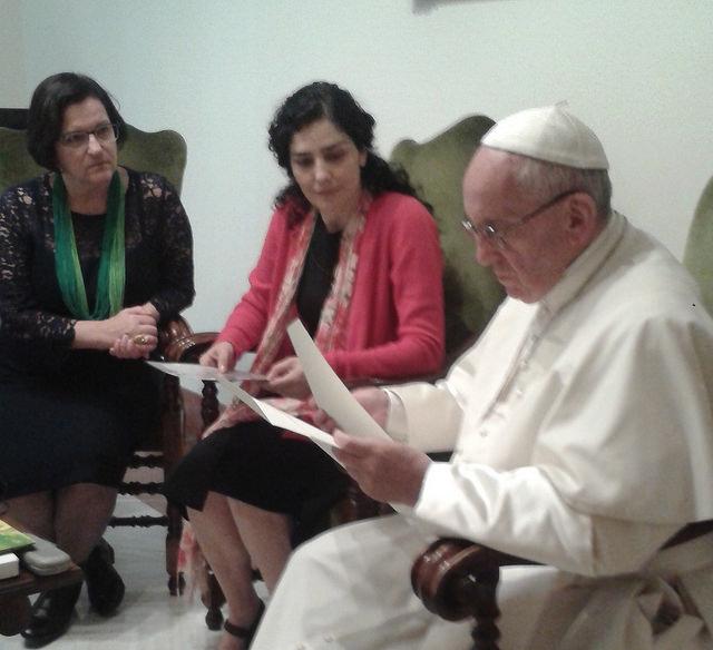 Francisco lê a carta de Marcelo  na frente da Letícia Sabatella e da juíza Kenarik Boujikian Felippe