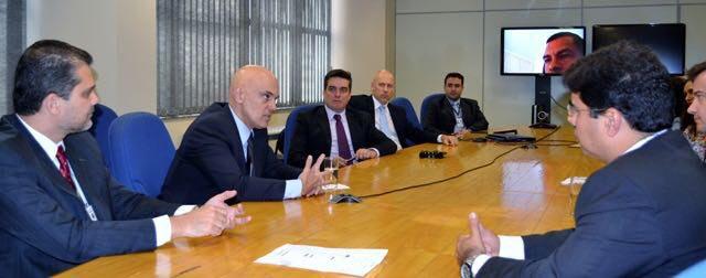 Depois de reunir-se com o superintendente Rosseti (à esquerda na foto) o ministro esteve com os chefes de delegacias especializadas da Superintendência.